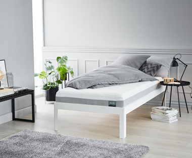 Deep luxury mattress with a core of 16 cm high resilience foam and 4 cm pressure-relieving memory foam, which shapes precisely to the contours of your body.