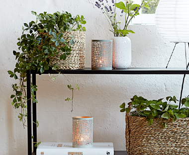 Create a cosy ambience with tealights and tea light holders