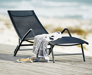 Relax on a mesh sun bed in black colour