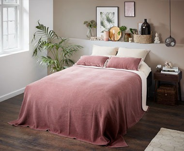 Quality 100% cotton bed throw in burgundy